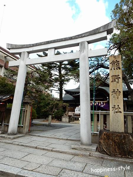 京都熊野神社の鳥居前