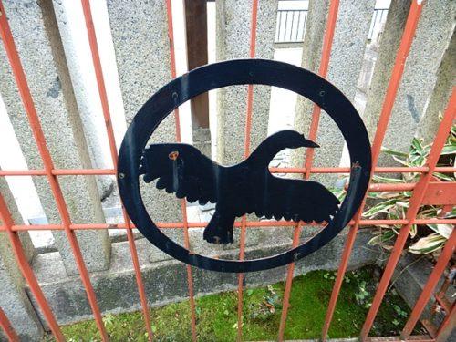 京都熊野神社の門扉の八咫烏の紋