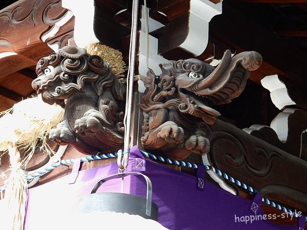 京都熊野神社の拝殿上の飾り獅子