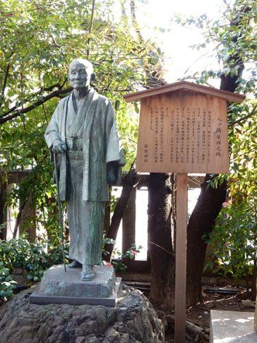 京都熊野神社内の八つ橋発祥の地の石像