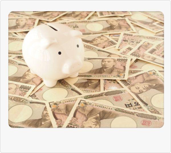 豚の貯金箱とたくさんの1万円札